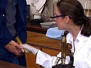 Une doctoresse coquine se tape un enfoiré