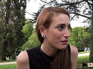 Un cinquantenaire sodomise la jeune Carlie